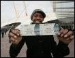 Un fan de Michael Jackson montre le billet de concert qu'il vient d'acheter à Londres, le 13 mars 2009 (© AFP - Shaun Curry)