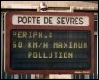 n panneau annonce la limitation de vitesse sur le boulevard périphérique, le 10 août 2008 à Paris, à cause du pic de pollution (© AFP/Archives - Pascal Guyot)