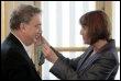 Le réalisateur britannique Stephen Frears décoré par la ministre de la Culture Christine Albanel, le 18 mars 2009 (© AFP - Jacques Demarthon)