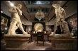 Deux statues de la Villa Fontanelle de Gianni Versace, assassiné en 1997, exposées chez Sotheby's, le 12 mars 2009 à Londres (© AFP - Shaun Curry)