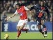 L'attaquant de Braga, Matheus Nascimento, (G) est à la lutte avec le défenseur du Paris SG Zoumana Camara le 12 mars 2009 (© AFP/Archives - Franck Fife)