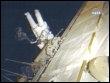 Image diffusée par la Nasa de Steve Swanson hors de la navette Discovery le 19 mars 2009 (© AFP - Nasa Video)