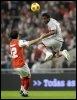 Stéphane Sessegnon (d) du PSG bondit vers la balle face à Luis Aguiar de Braga le 19 mars 2009 (© AFP - Miguel Riopa)