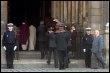 Le cercueil d'Alain Bashung pénétre dans l'église Saint-Germain des prés  le 20 mars 2009 à Paris (© AFP - Jacques Demarthon)