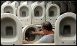Un salarié de Villeroy et Boch contrôle des cuvettes de toilettes le 31 août 2004 dans l'usine de Merrlach, en Allemagne (© DDP/AFP/Archives - Thomas Lohnes)