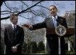 Le président américain Barack Obama (d) et son secrétaire au Tréso Tim Geithner, le 18 mars2009 à Washington DC (© AFP - Yuri Gripas)