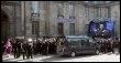 Le cercueil d'Alain Bashung sort de l'église Saint-Germain-des-Prés, le 20 mars 2009 à Paris (© AFP - Jacques Demarthon)