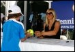 Maria Sharapova signe des autographes, le 13 mars 2009 à Indian Wells (© AFP/Getty Images/Archives - Jeff Gross)