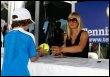 Maria Sharapova signe des autographes, le 13 mars 2009 à Indian Wells (© AFP/Getty Images/Archives - Jeff Gross)