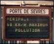 Un panneau annonce la limitation de vitesse sur le boulevard périphérique, le 10 août 2008 à Paris, à cause du pic de pollution (© AFP/Archives - Pascal Guyot)