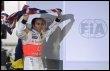 Lewis Hamilton fête son titre de champion du monde, le 2 novembre 2008 après avoir terminé 5e du GP du Brésil à Sao Paulo (© AFP/Archives - Antonio Scorza)