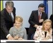 La Première ministre ukrainienne Yulia Tymoshenko (G, assise) et la commissaire européenne aux Relations extérieures, Benita Ferrero-Waldner, le 23 mars 2009 (© AFP - Mykola Lazarenko)