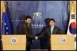 Les négociateurs  européen Garcia Bercero et sud-coréen Lee Hye-min, le 24 mars 2009 à Séoul (© AFP - Jung Yeon-Je)
