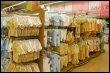 Vêtements pour nourrissons sur des étalages d'un supermarché (© AFP/Archives - Daniel Janin)