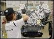Assemblage dans une usine Toyota d'un moteur pour la LEXUS à Tahara, le 28 juin 2007. (© AFP/Archives - Kazuhiro Nogi)