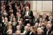 Max Gallo (debout), le 31 janvier 2008 à l'institut de France à Paris lors de sa réception à l'Académie française. (© AFP/Archives - Remy de la Mauviniere)