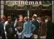 Des spectateurs devant un cinéma (© AFP/Archives - Patrick Bernard)