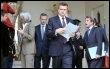 Bernard Kouchner(d) et d'autres membres du gouvernement à la sortie du Conseil des ministres le 25 mars 2009 à Paris (© AFP - Gérard Cerles)