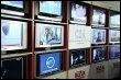 Photo prise dans les locaux du CSA à Paris d'écrans diffusant des images de la TNT (© AFP/Archives - Joël Saget)
