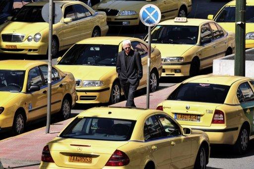 Des taxis en grève contre les réformes économiques, le 18 mars 2010 à Athènes (©  - Aris Messinis)