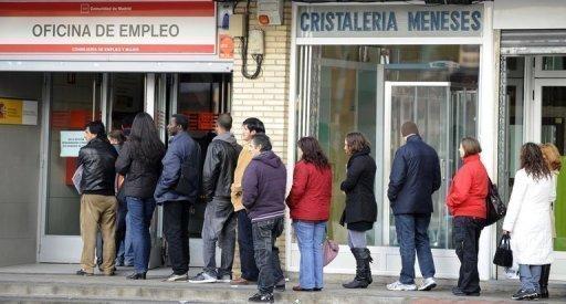 Des personnes font la queue à l'entrée d'un bureau des emplois, le 10 janvier 2010 à Madrid (©  - Dominique Faget)