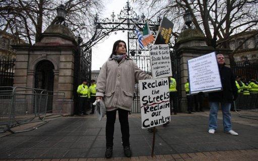 Des manifestants devant le Parlement irlandais, au moment où celui-ci vote le plan d'aide internationale, le 15 décembre 2010 à Dublin (©  - Peter Muhly)
