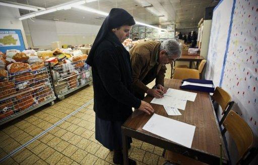 Une nonne appartenant à une organisation caritative vérifie des documents à la banque alimentaire de Braga le 13 décembre 2010 (©  - Patricia de Melo Moreira)