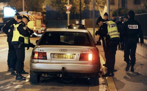 Des policiers contrôlent un automobiliste, le 22 novembre 2010 dans le quartier de la Rose (13e arrondissement) à Marseille. (©  - Gerard Julien)