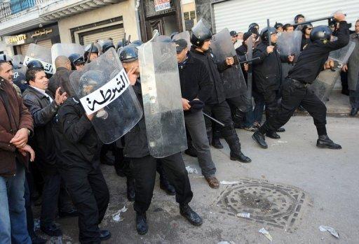 Les forces de sécurité tunisiennes chargent des manifestants le 27 décembre 2010 à Tunis. (©  - Fethi Belaid)