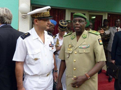 Un général français et le chef d'Etat major nigérien le général Mamadou Ousseini le 10 janvier 2011 à Niamey (©  - Boureima Hama)