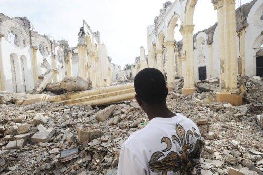 Un Haïtien dans les ruines de la cathédrale de Port-au-Prince détruite lors du tremblement de terre du 12 janvier 2010 (©  - Thony Belizaire)