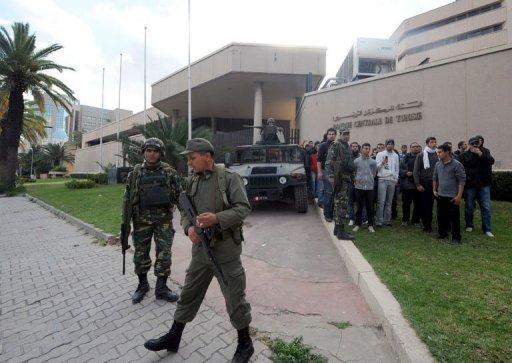 Des militaires tunisiens montent la garde devant la banque centrale le 14 janvier 2011 à Tunis. (©  - Fethi Belaid)