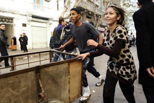 Jeunes Tunisiens en quête de marchandises dans des margasins détruits  le 15 janvier 2011 à Tunis (©  - Fred Dufour)