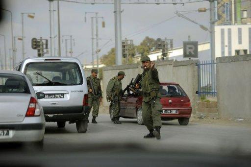 Des soldats tunisiens contrôlent les voitures, le 16 janvier 2011 dans le centre de Tunis (©  - Fred Dufour)