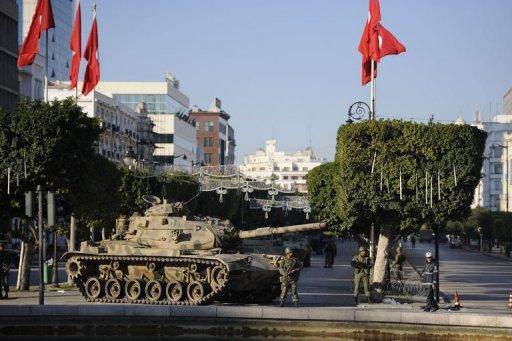 Des soldats déployés dans une rue de Tunis, le 16 janvier 2011 (©  - Fred Dufour)