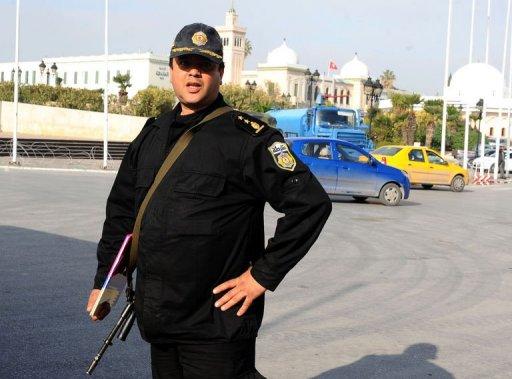 Le chef de la sécurité présidentielle Kais Bellakhal devant le palais du gouvernement à Tunis le 17 janvier 2011 (©  - Fethi Belaid)