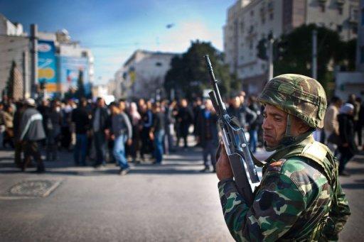 Un soldat tunisien en marge d'une manifestation à Tunis le 17 janvier 2011 (©  - Martin Bureau)