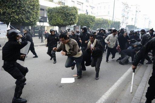 La police disperse violemment des manifestants à Tunis le 18 janvier 2011. (©  - Fred Dufour)