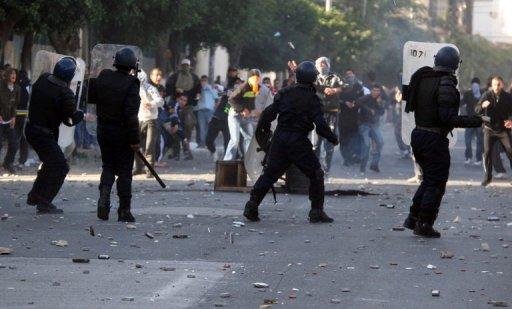 Des Algériens manifestent contre la cherté de la vie à Alger le 7 janvier 2011. (©  - Fayez Nureldine)