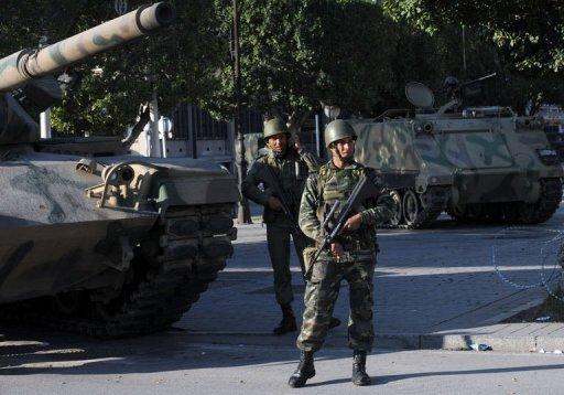 Des soldats sur l'avenue Bourguiba à Tunis, le 16 janvier 2011 (©  - Fethi Belaid)