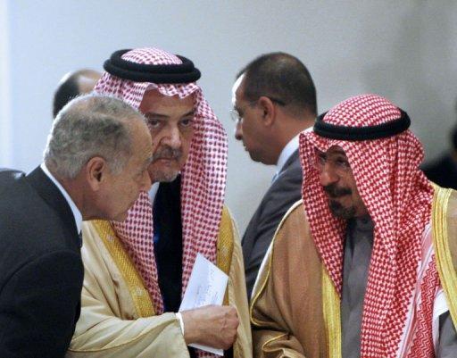 Les ministres des Affaires étrangères égyptien Ahmed Aboul Gheit (G), saoudien, Prince Saud al-Faisal (C) et kowéitien Cheikh Mohammad al-Sabah, le 18 janvier 2011 à Charm el-Cheikh (©  - AMR AHMAD)