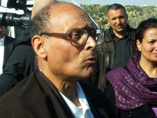 Un des leaders de l'opposition tunisienne, Moncef Marzouki, s'est rendu le 19 janvier 2011 à Sidi Bouzi, sur la tombe de Mohamed Bouazizi, dont l'immolation par le feu a donné le signal de la révolte (©  - Str)