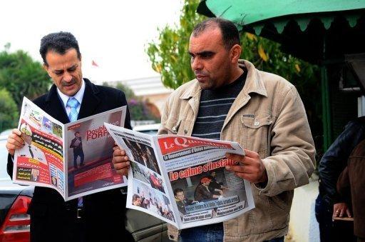 Des Tunisiens se ruent sur les journaux pour connaitre les derniers développement de la révolution, à Tunis le 18 janvier  2011 (©  - Fethi Belaid)