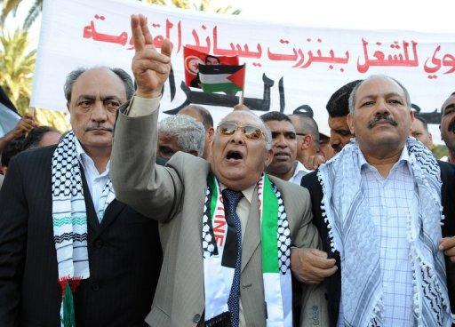 Le Secrétaire général de l'UGTT Abdessalem Jrad, au centre, au cours d'une manifestation à Tunis le 3 juin 2010. (©  - Fethi Belaid)
