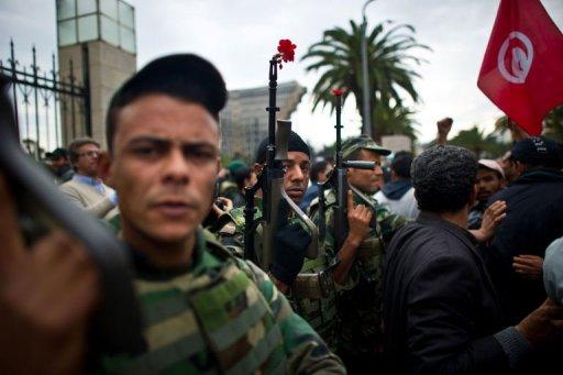 Des soldats en Tunisie devant le siège du parti du président déchu Ben Ali, le 20 janvier 2011 à Tunis (©  - Martin Bureau)
