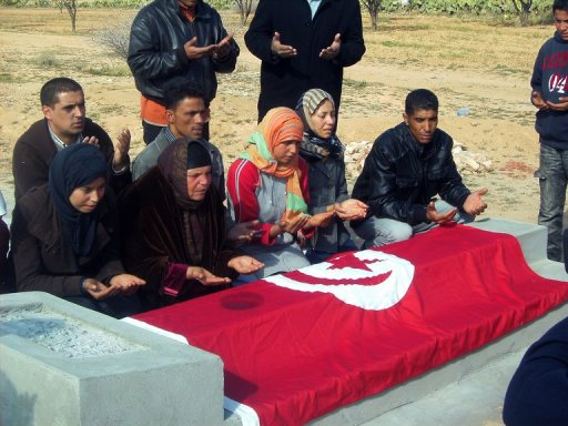 Les proches de Mohammed Bouazizi, sur la tombe du défunt, le 19 janvier 2011 à Sidi Bouzid. (© )