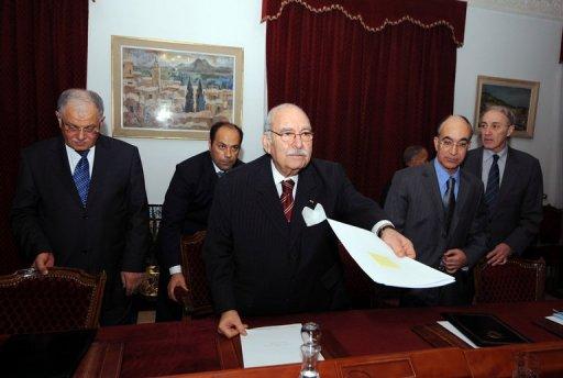 Le président de la transition, Fouad Mbazaa (C), lors du premier Conseil des ministres, le 20 janvier 2011 à Tunis (©  - Fethi Belaid)