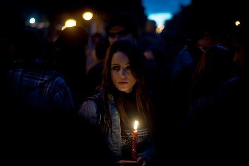 Une jeune femme tient une bougie lors d'une manifestation à Tunis, le 22 janvier 2011 (©  - Martin Bureau)