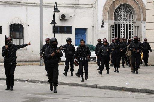 Des policiers tunisiens le 18 janvier 2011 à Tunis (©  - Fred Dufour)