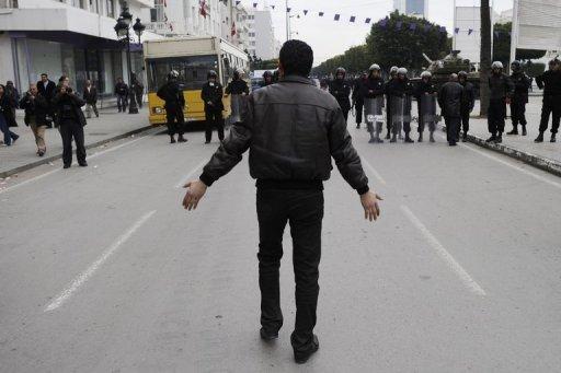 Un Tunisien face à des forces de l'ordre le 18 janvier 2011 à Tunis (©  - Fred Dufour)